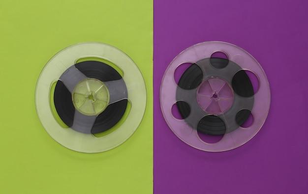 Bande magnétique audio. deux bobines de film sur un vert violet. style rétro