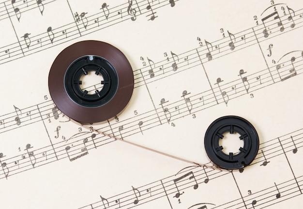 La bande magnétique est sur les livres de musique