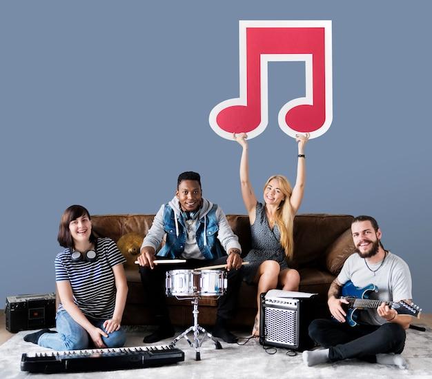 Bande de musiciens tenant une icône de note de musique