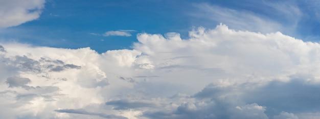 Bande de nuages blancs sur un ciel bleu, panorama