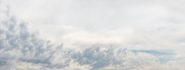 Bande de nuages en relief dans le ciel lumineux, panorama