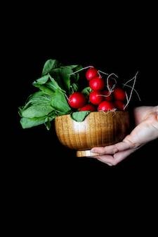 Bande de radis dans un bol en bambou à main