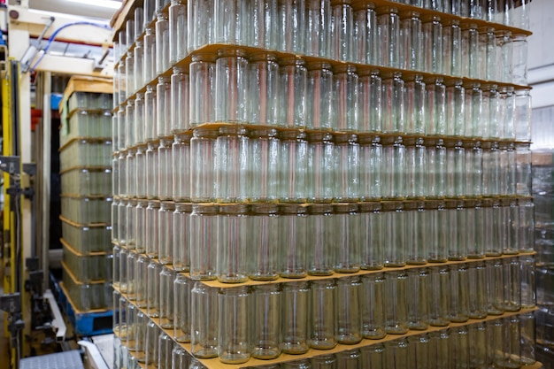 Bande transporteuse de boissons en verre d'emballage dans l'industrie