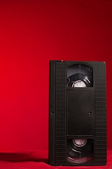 Bande vidéo sur fond rouge en studio