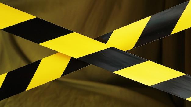 Bandes rayées noires et jaunes. bordure de zone réglementée