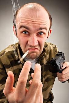 Bandit impudent avec arme à feu