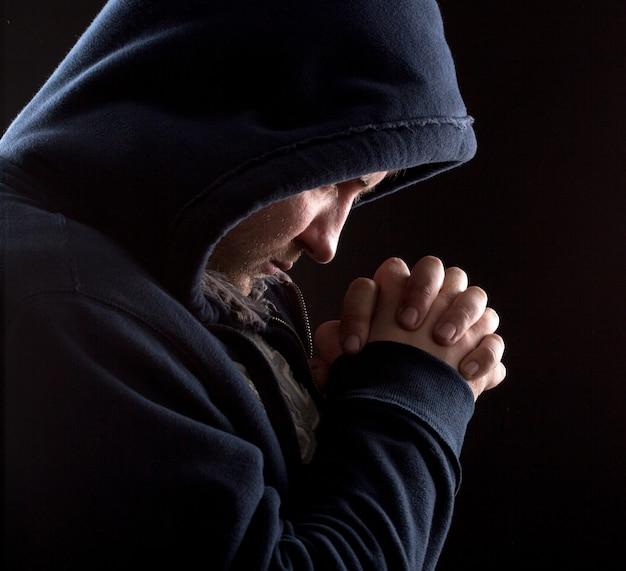Bandit en prière