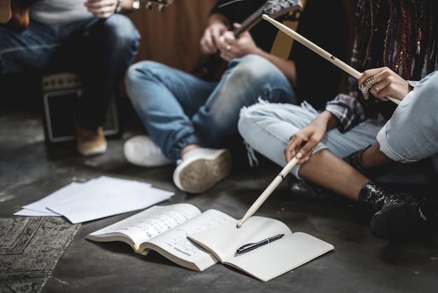 Bandmates répétant pour leur prochain concert