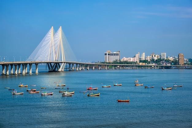 Bandra - pont worli sea link avec vue sur les bateaux de pêche depuis le fort de bandra. mumbai, inde