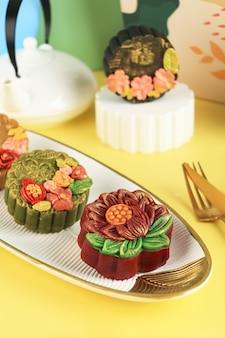 Bandung, indonésie, 02092021 : gâteau de lune premium fait maison (mooncake) avec de la poussière d'or isolé sur fond noir. concept pour le festival de la mi-automne avec espace de copie pour le texte