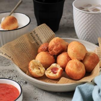 Bandung, indonésie, 09262020: pain frit indonésien appelé roti/kue bantal/mini bomboloni avec confiture de fraises ou nom célèbre odading, mise au point sélectionnée.