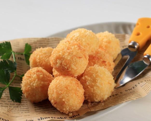 Bandung, indonésie, 10172020 : risotto arancini frit maison avec fromage ou boule de riz. fabriqué à partir de riz avec bouillon, enrobage de chapelure et friture