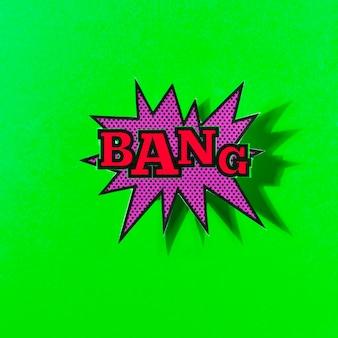 Bang texte sur une bulle d'explosion sur fond vert