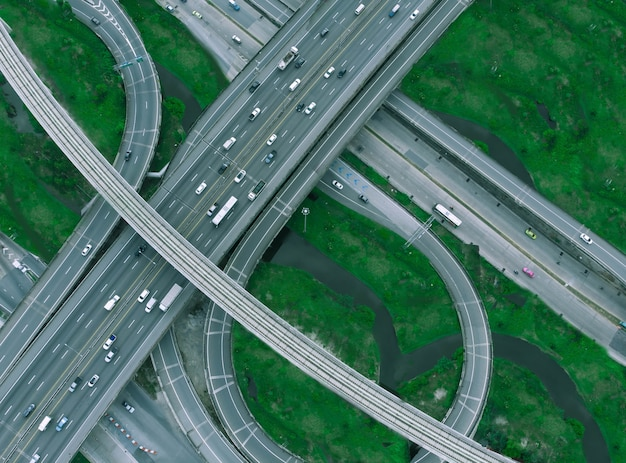 Bangkok expressway dans la matinée, le trafic n'est pas dense.