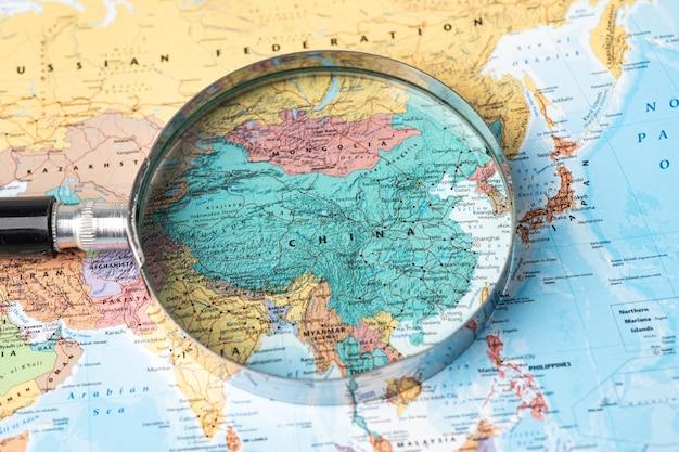 Bangkok, thaïlande - 01 novembre 2020 chine, loupe se bouchent avec une carte du monde colorée
