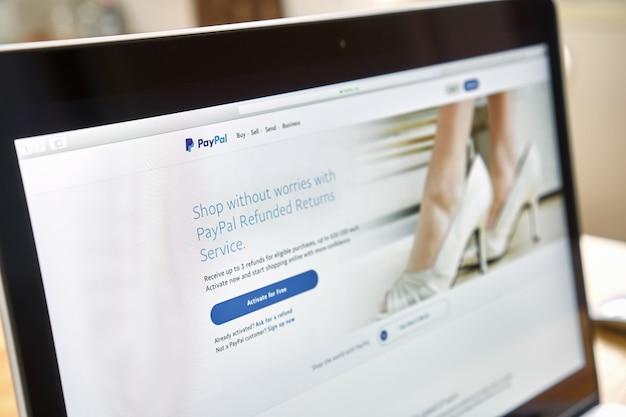 Bangkok, thaïlande - 15 octobre 2017: ordinateur portable sur la table montrant les pages web paypal écran. est une méthode populaire et internationale de transfert d'argent via internet.