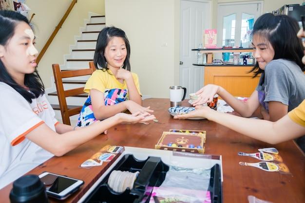 Bangkok, thaïlande, 18 mars 2018: enfants et parents jouant à un jeu de société à l'intérieur, concept de famille