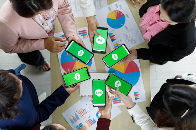 Bangkok/thaïlande - 6 août 2021 : les gens possèdent des smartphones de différentes marques et divers systèmes d'exploitation avec les logos de l'application line, l'une des applications de messagerie les plus populaires.