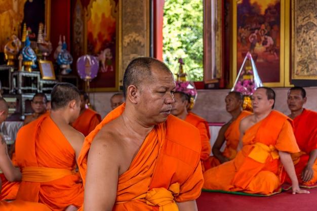 Bangkok, thaïlande - 9 juillet 2016: rituel de moine thaïlandais pour changer d'homme à moine lors d'une cérémonie d'ordination à