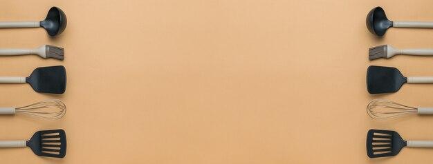 Bannière d'accessoires de cuisine sur fond beige. espace pour le texte.