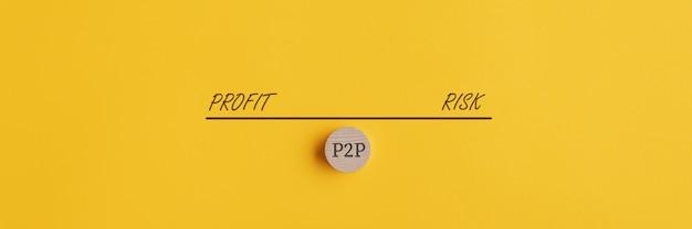 Bannière d'une balançoire pesant le risque et le profit de l'investissement et du prêt p2p.