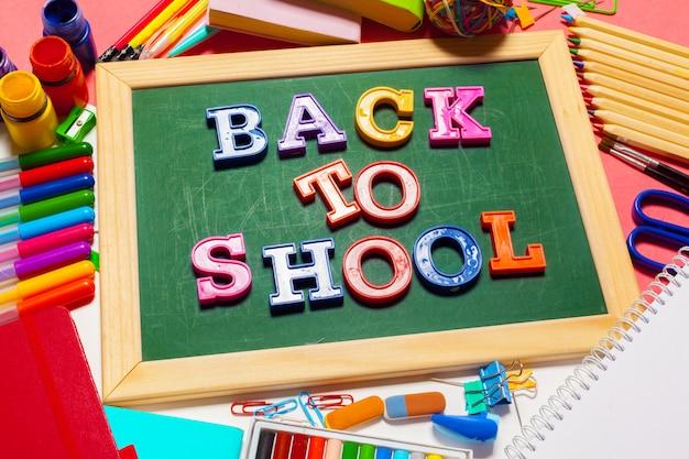 Bannière bienvenue à l'école; fournitures scolaires