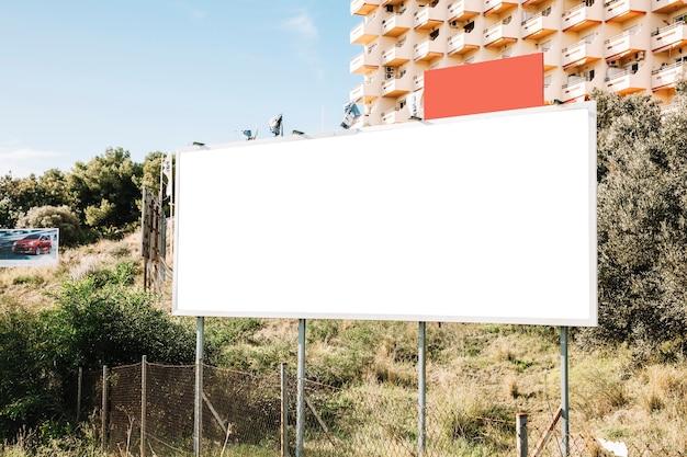 Bannière blanche propre dans la ville