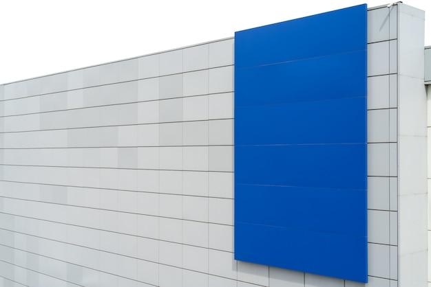 Bannière bleue dans la ville sur le mur. espace sur le mur du bâtiment pour l'écriture.