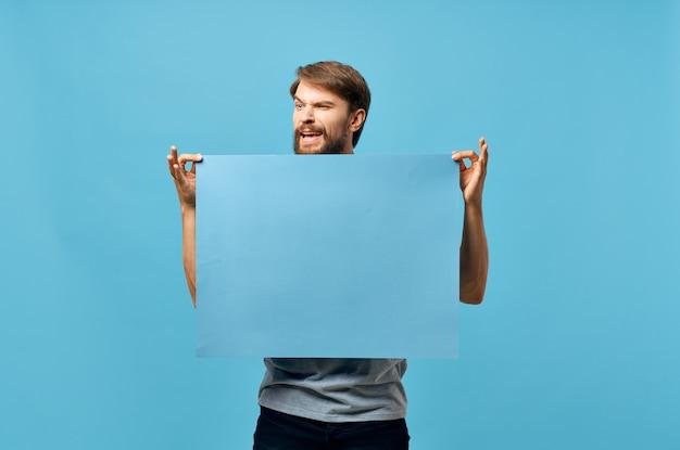Bannière bleue d'homme barbu dans le studio de fond de feuille blanche de main
