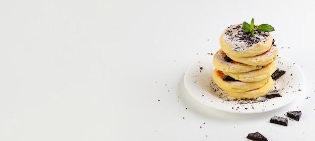 Bannière, crêpes au fromage cottage sans gluten sur farine de noix de coco, fond blanc