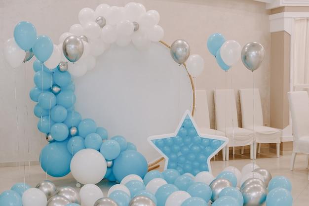 Bannière avec décoration de ballons bleus.