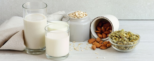 Bannière avec différents laits végétaliens non laitiers