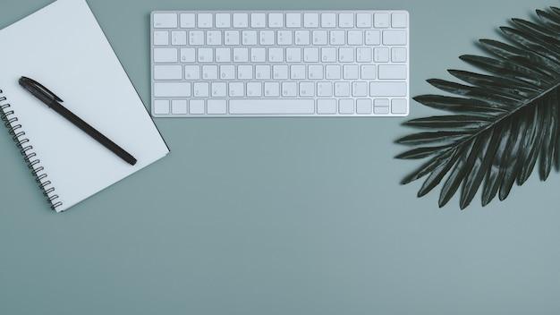 Bannière de l'espace de travail avec ordinateur portable et cahier à spirale