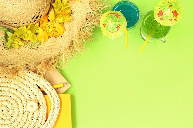 Bannière d'été avec chapeau de paille, sac et cocktails