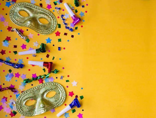Bannière de fête de carnaval drôle avec fond jaune