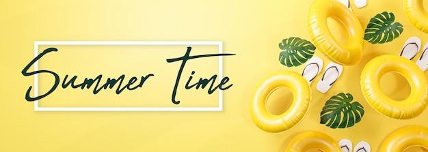 Bannière de l'heure d'été bannière jaune. tongs, feuille et anneau de natation gonflable