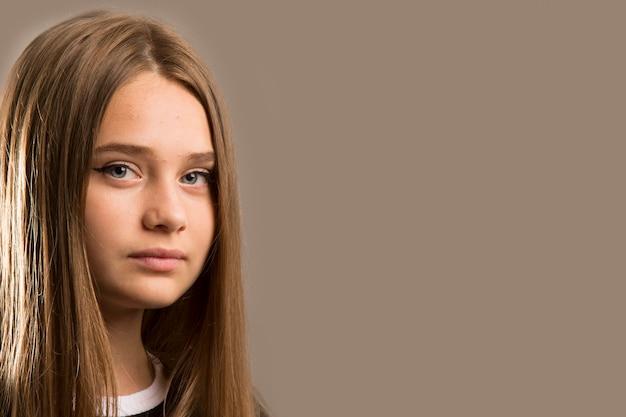 Bannière horizontale, belle jeune fille aux longs cheveux blonds regardant droit, regard sérieux et profond