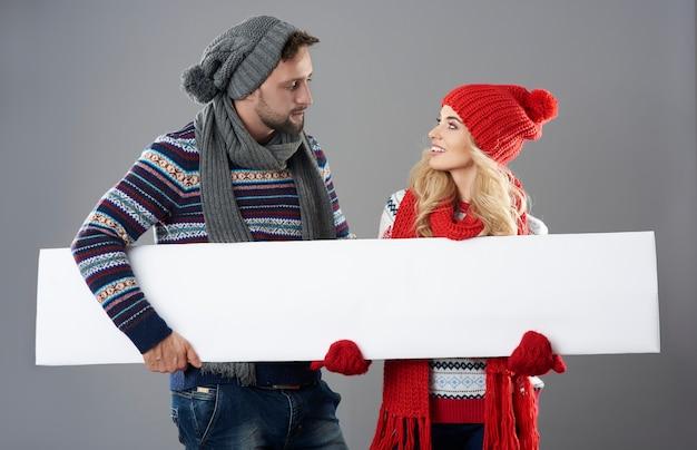 Bannière horizontale entre les mains de l'homme et de la femme