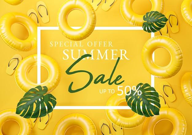 Bannière jaune de cadre de vente d'été. tongs, feuille et anneau de natation gonflable