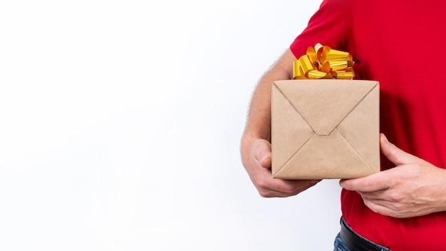 Bannière. livraison à distance sûre et sans contact de cadeaux de noël pendant la pandémie de coronavirus. fermer