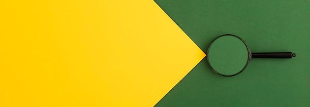 Bannière lumineuse de couleurs vertes et jaunes avec loupe. arrière-plan avec espace de copie.