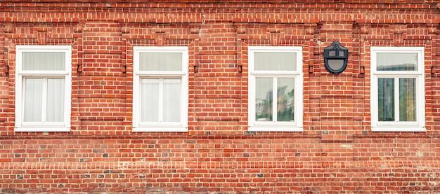Bannière avec mur de briques rouges et fenêtres vintage blanches