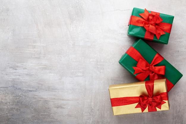 Bannière de noël. conception de fond de noël, avec boîte de cadeaux réalistes et confettis de paillettes. affiche de noël horizontale, cartes de voeux.