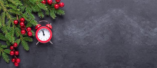 Bannière De Noël Avec Sapin, Houx Et Réveil Rouge Sur Fond De Pierre Sombre. Vue De Dessus Espace De Copie - Image Photo Premium