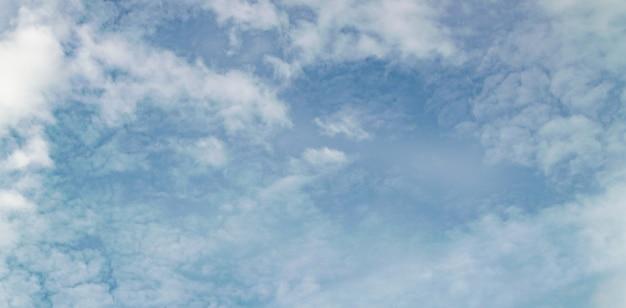 Bannière avec des nuages naturels paisibles flous dans un ciel bleu.