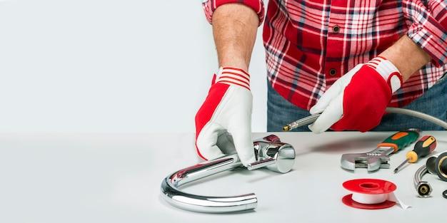 Bannière de plombier professionnel avec plombier et outils, raccord et robinet d'eau. installation fauset avec espace copie.