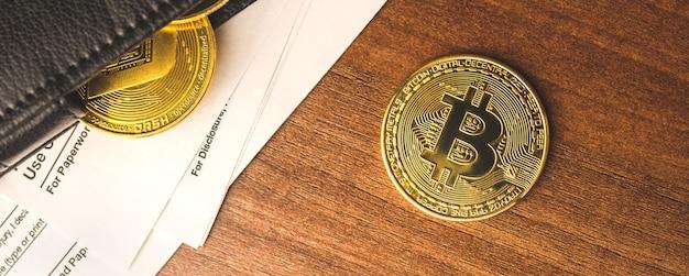 Bannière avec portefeuille en cuir d'homme d'affaires plein de pièces de monnaie crypto, gros plan