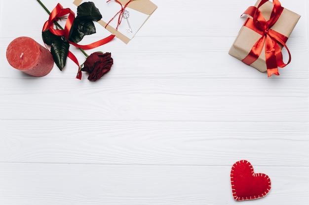 Bannière pour la saint-valentin avec des coeurs, des bougies, des cadeaux, des roses, une lettre d'amour