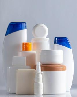 Bannière de produits cosmétiques de soins du corps et des cheveux bouteilles blanches sur fond blanc copie espace mise au point sélective close up