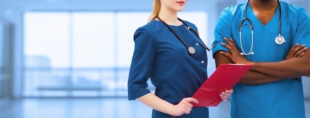 Bannière promotionnelle sans visage. un couple imité de travailleurs médicaux, une infirmière ou un médecin afro-américain pour des couvertures d'images publicitaires. conception de publicité de médecine